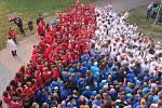 Živou vlajku vytvořili školáci ze ZŠ Školská v Zábřehu