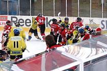 Šumperští Mladí Draci (žluté dresy) v utkání s kanadským týmem Wild Aces