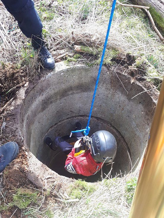Záchrana pětiletého dítěte ze staré studny u Šumperku.