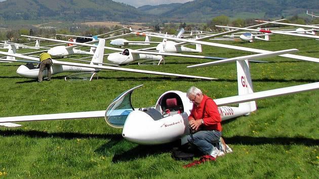 Desítky pilotů bezmotorových letounů se tento týden na letišti v Šumperku účastní plachtařské soutěže Jarní pohár Jeseníků .
