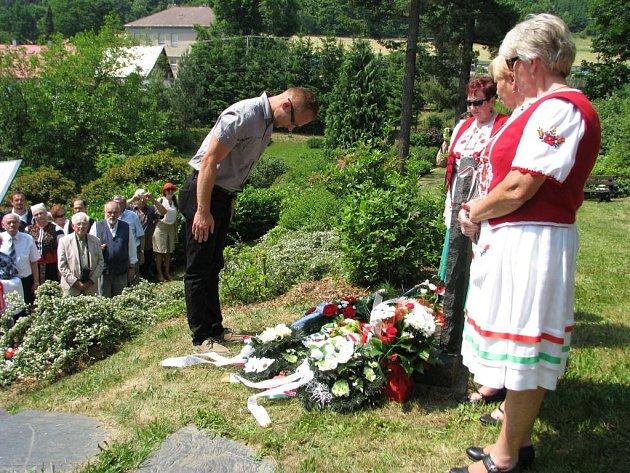 Svému bývalému spoluvězni přišel při vzpomínkové akci položit kytici i Jan Janků, v jehož náručí hrabě Esterházy za zdmi mírovského žaláře zemřel.