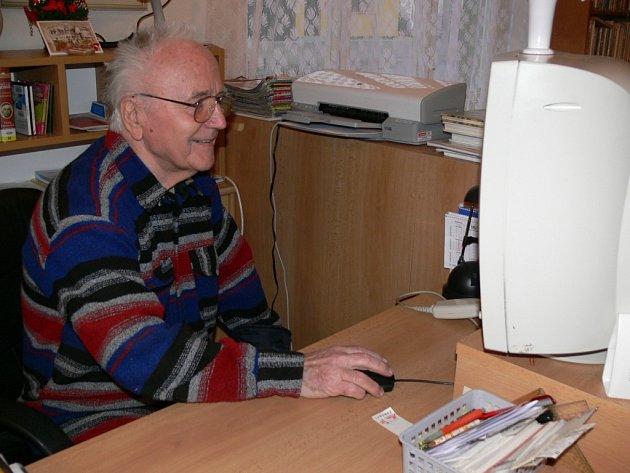 Knihovníkovi Vladimíru Vénosovi, který oslavil osmdesátku, počítač nedělá žádný problém. Knihu by však za internet nevyměnil.
