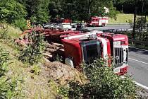 Nehoda kamionu přepravujícího kulatinu v Loučné nad Desnou.