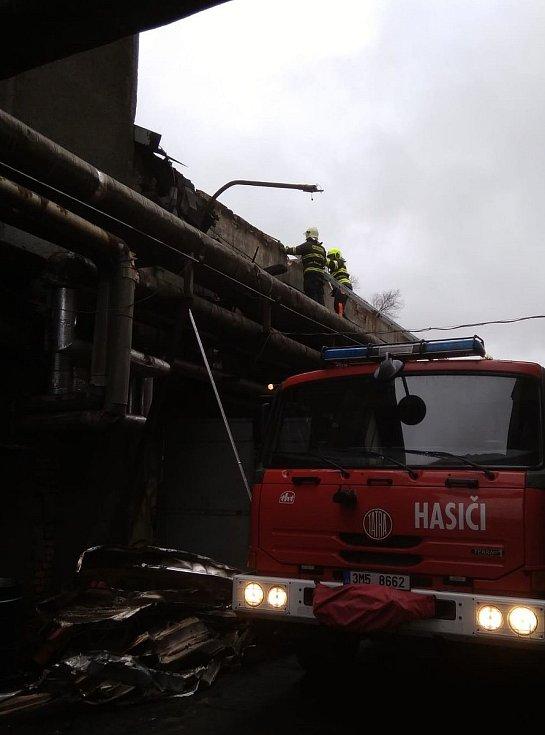Místo požáru ve strojírenském závodu v Loučné nad Desnou.