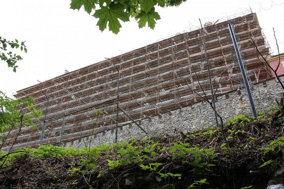 Stranu mírovské věznice, ze které před lety unikl Jiří Kajínek, v květnu 2016 pokrývá lešení.