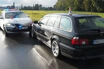 Opilý řidič mezi Mohelnicí a Stavenicí naboural do policejního vozu.