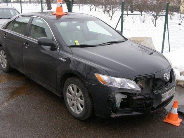 Majitel zaparkoval, auto pak našel nabourané.