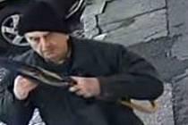 Policie hledá jako svědka případu poškození cizí věci muže na fotografii.