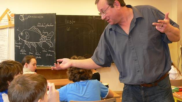 Zábřežský učitel Pavel Zubík se svými páťáky v hodině češtiny.