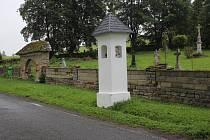 Obnovená boží muka u hřbitova v Branné.