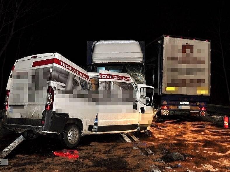 Hasiči zasahují u tragické srážky dvou kamionů a dodávky na Mohelnickém kopci