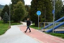 Stezka pro pěší a cyklisty na sídlišti na ulici Lipovská v Jeseníku.