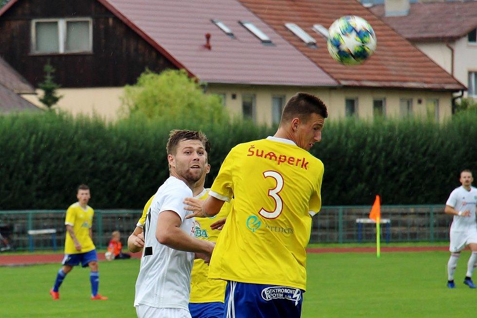 Fotbalisté Šumperka (ve žlutém) doma proti Všechovicím.