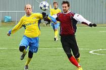Fotbalisté Šumperku (žluté dresy) v sobotním přípravném utkání s Mikulovicemi