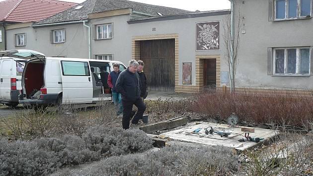 Kameníci obnovují mariánský sloup v Moravičanech, do něhož nešťastnou shodou okolností havaroval řidič.