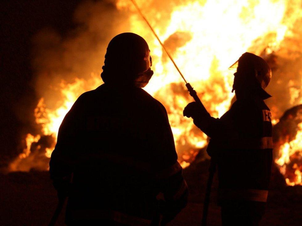 Hasiči zasahují o požáru stohů u Klopiny