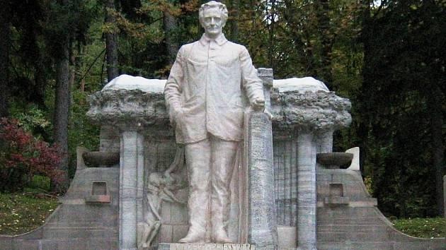 Socha Vincenze Priessnitze ve Smetanových sadech v Jeseníku.