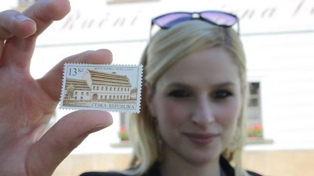 Česká pošta vydala známku s motivem Ruční papírny Velké Losiny.
