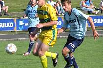 Fotbalisté Sulka Zábřeh (v modrém) sprintují za míčem