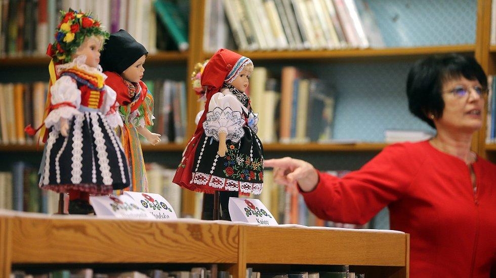 Krojované panenky Ivety Neoralové v Úsovské knihovně. Na snímku Vedoucí knihovny Marcela Hamplová.