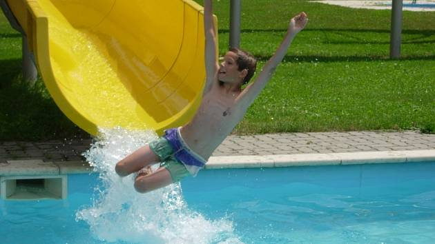 Bratrušovské koupaliště bude připraveno na první plavce již zítra.