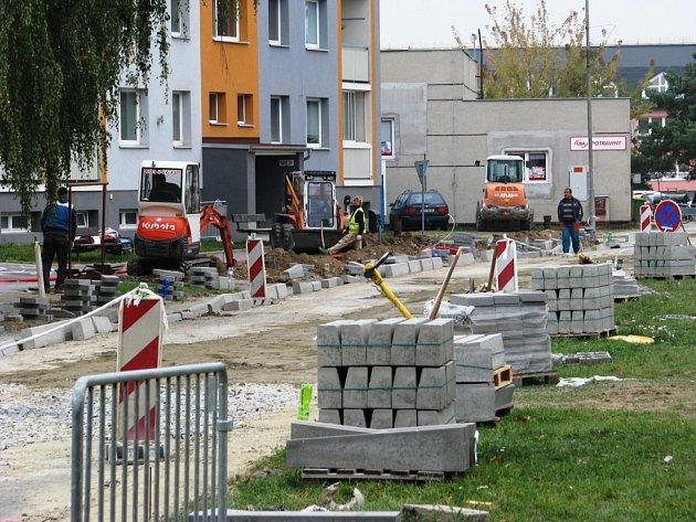 Letos na sídlišti Stanislavova v Mohelnici dělníci položí nové povrchy vozovek, které poznamenala rekonstrukce kanalizace, pracují také na obnově parkovišť a chodníků.