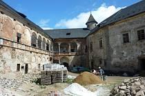 Zámek v Branné má přes den v rukou parta zedníků, turisté sem mohou na prohlídku až večer.