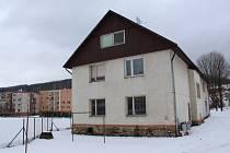 Tento dům na Rejvízské ulici koupila pro svou pobočku v Jeseníku firma Atex.