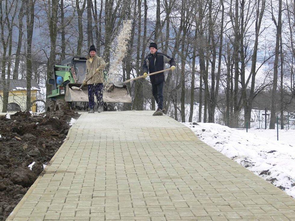 Ani nepřízeň počasí nezastavila práce na novém minigolfovém areálu v Loučné, který má být hotov ještě letos.