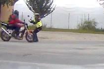 Motorkář najel v Mohelnici do policistky, která se jej pokoušela zastavit. Snímek z kamery policejního vozu