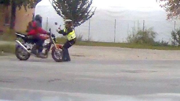Motorkář najel v Mohelnici do policistky