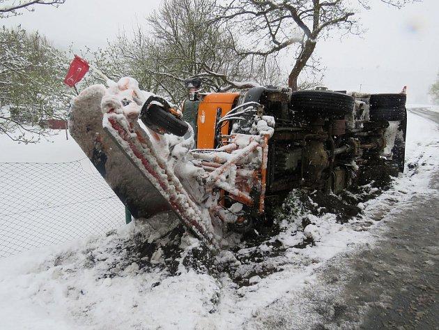 Nehoda sypače ve středu 19. dubna v Raškově na Šumpersku