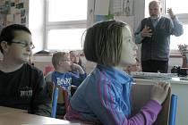 Příbehy bezpráví: Luděk Štipl vyprávěl školákům v Lukavici svůj životní příběh