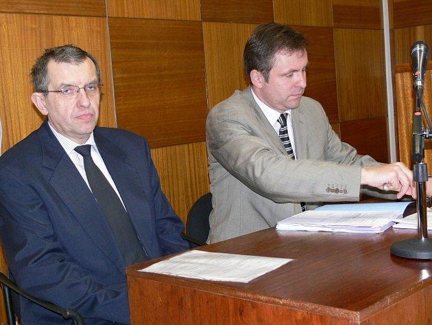 Antonín Janhuba před soudem (vlevo)