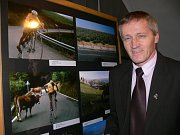 Vystaveny jsou i fotografie z jízd mistra světa v jízdě na vysokém kole Josefa Zimovčáka.