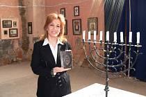 Izraelská autorka Aliza Lavie s knihou Fanny Neudy při loňské návštěvě synagogy v Lošticích