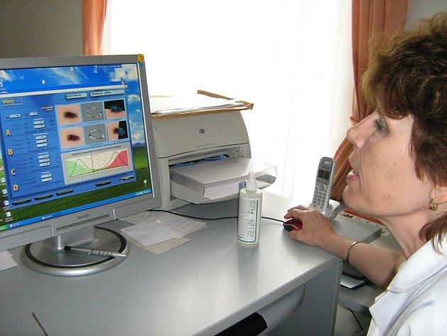Alena Pčolová z kožní ambulamce Priessnitzových lázní v Jeseníku během vyšetření