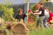 Skupina osmnácti zahraničních studentů z Německa a Maďarska pracovala dva dny na úpravách židovského hřbitova v Lošticích