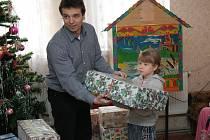 Ředitel Charity Zábřeh Jiří Karger při loňském předávání dárků v dětském domově na Ukrajině