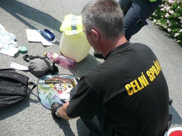 Poměrně velký úlovek se podařil olomouckým celníkům, kteří kontrolovali vozidla na silnici nedaleko Zlatých Hor na Jesenicku. V jednom z automobilů objevili stovky kusů léků, které bývají zneužívány k výrobě pervitinu.