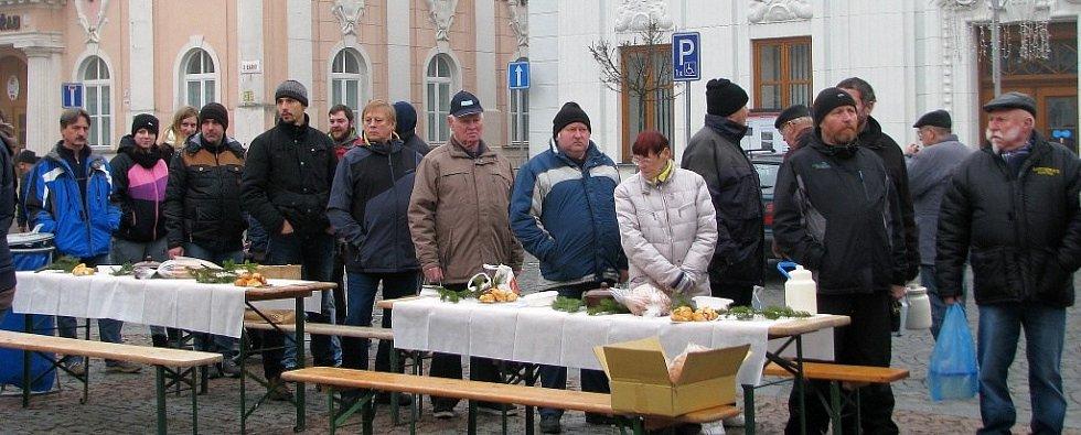 Už jednadvacátou cechovní zabíjačku připravili na neděli 11. prosince recesisté z Cechu přátel pátého ročního období v Mohelnici. O vepřové pochoutky byl velký zájem.