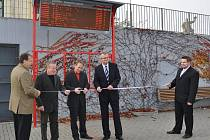 Pásku při uvedení infopanelu do provozu přestřihl i zábřežský starosta František John (třetí zleva)