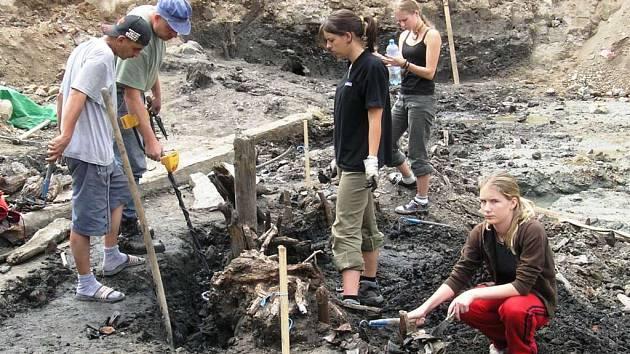 Archeologové odkryli v centru Šumperka dvě desítky koster z období třicetileté války.