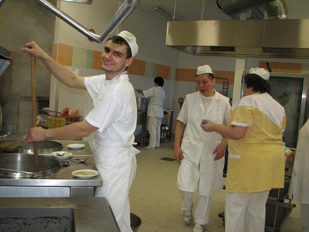 Kuchaři v nové kuchyni se náporu v novém roce nebojí. Na další stovky strávníků jsou připravení.