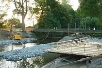 Místo, kde řeku Moravu v Leštině přetínal most, je dnes rušným staveništěm