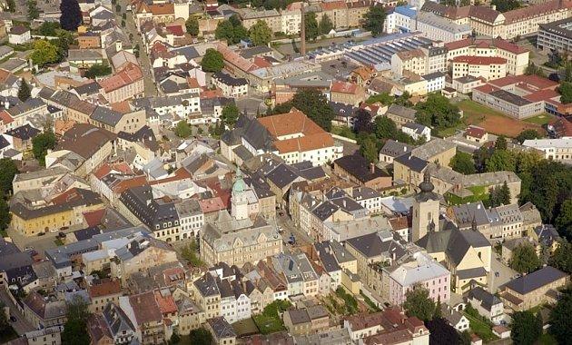 Letecký pohled na historické centrum Šumperku.