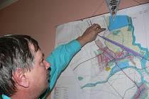 Starosta Moravičan Antonín Pospíšil ukazuje na mapě místo, kde by u jezera mohla být rekreační zóna