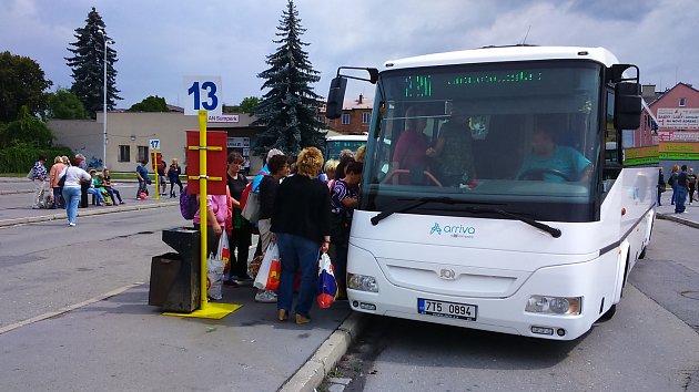 Na nástupištích autobusového nádraží v Šumperku chybí cestujícím přístřešky.