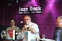 Tuvia Tenenbom v Jazz Dock na smíchovském břehu Vltavy u Jiráskova mostu v Praze