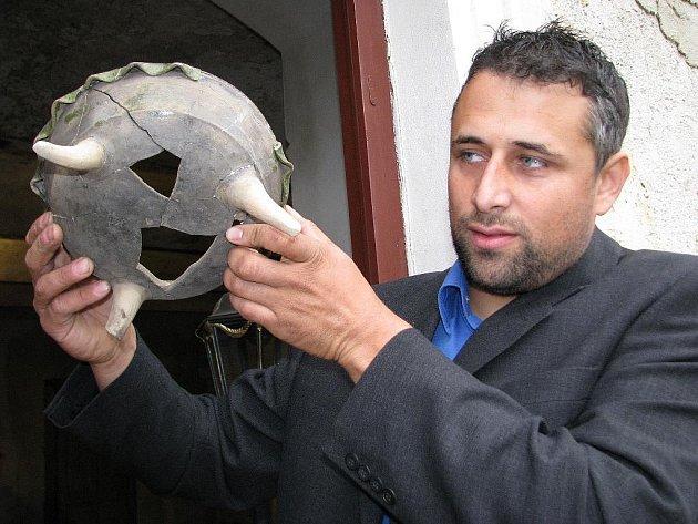Provozovatel tvrze v Nemili Jaromír Schoffer ukazuje nádobu s třemi nožkami ze 16. století nalezenou při výkopech kolem domu